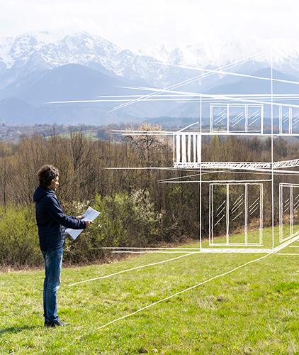 Imagen de persona viendo un terreno- crédito para casa y terreno