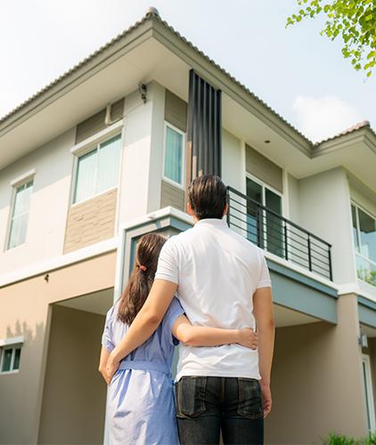 Imagen de pareja viendo su nueva casa-crédito para casa y terreno